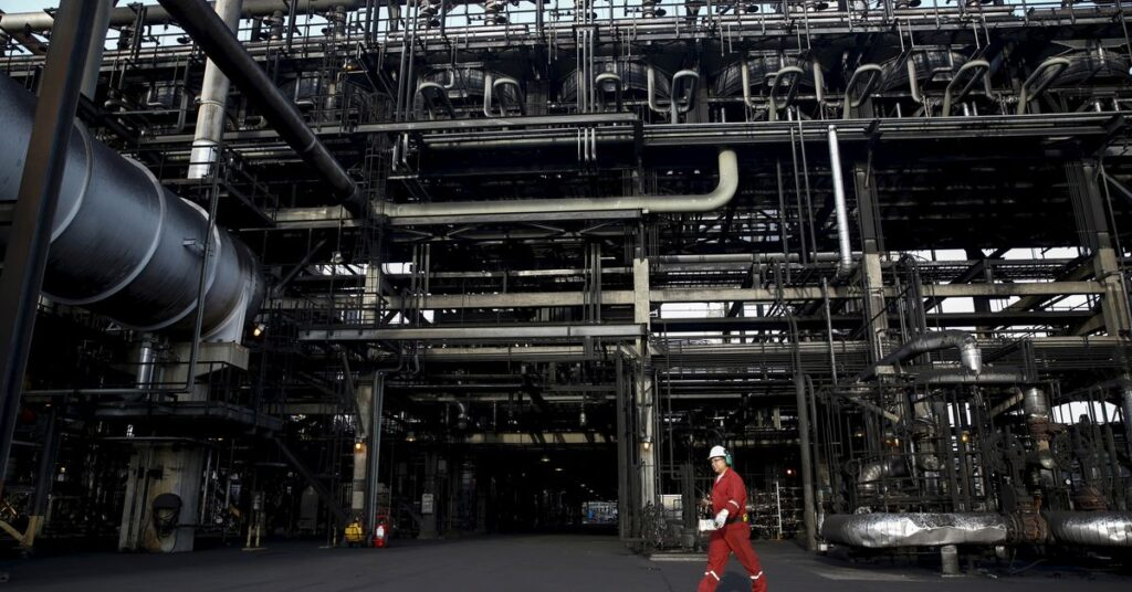 Venezuela oil exports fell in May due to outage, diluent shortage -data