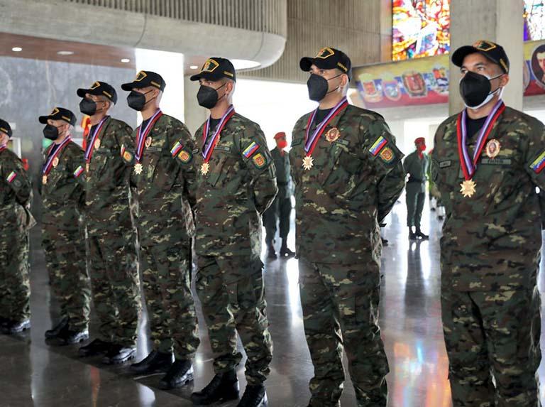 Padrino López intentó disfrazar de victoria su fracaso en Apure tras condecorar a militares liberados (IMÁGENES)